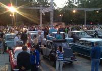 Централният площад в Пловдив се изпълни с хора и коли в съботната вечер. Снимка Aspekti.info