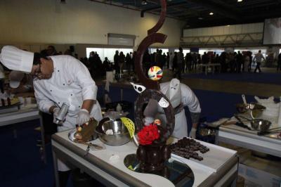 """Едуардо Кортес оформя  сложна композиция от шоколад, борейки се за титлата """"Сладкар на България 2012""""  в рамките на Националната кулинарна купа."""