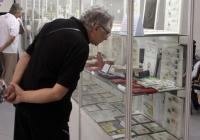 Посетители на Юбилейната палата разглеждат колекции от антикварни предмети, свързани със 120-годишнината на Панаира. Снимка Международен панаир - Пловдив
