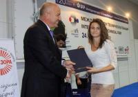 Главният директор на Панаира Иван Соколов връчи наградата - лаптоп, на победителката. Снимка Международен панаир - Пловдив