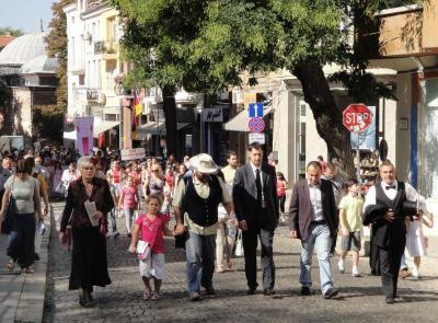 Стотици пловдивчани се присъединиха спонтанно към шествието, предвождано от кмета на града.   Снимка Aspekti.info