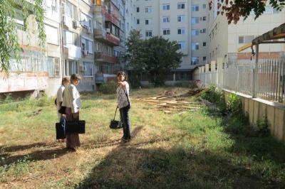 """Заместник-кметът на район """"Западен"""" Нонка Симеонова заедно със служители на Инспектората провери ситуацията на място.  Снимка Район """"Западен"""""""