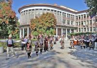 Голямо хоро се изви в двора на университета. Снимка УХТ - Пловдив