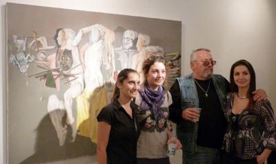 Художникът с млади почитателки на творчеството му  Снимка Министерство на културата