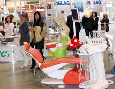 Модерните стоматологични столове комбинират много инструменти, комфорт и по-добра хигиена.   Снимка Международен панаир - Пловдив