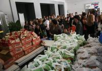 """Семействата на деца с увреждания получиха хранителни продукти по време на втората акция от инициативата """"Помогни и ти, приятел ни стани"""".  Снимка Международен панаир - Пловдив"""