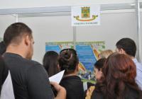 Стотици млади специалисти се спряха пред щанда на Община Пловдив в деня на панаира. Снимка Община Пловдив