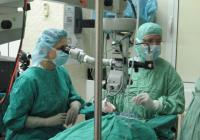 Директно от операционната зала проф. Холц и проф. д-р Нели Сивкова разясняваха пред колегите си всяка предприета стъпка в оперативното лечение.