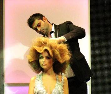 """Жоро Ефекта е артистичният псевдоним на стилиста Георги Георгиев. 31-годишният асеновградчанин е професионален фризьор от 2001 г. Вече 5-а година се занимава и с обучаване на желаещи да усвоят майсторското боравене с ножица и четки. Работи от 2003 г. заедно с фирма """"Christian Of Roma Group"""", която организира 2 пъти всяка година Италианския фестивал на красотата и прическата в Палата 2 на Международен панаир - Пловдив. На 20-ото юбилейно издание на престижния форум от 26 до 28 октомври"""