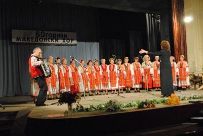 Ансамбълът изпълни едни от най-обичаните македонски песни.  Снимка Община Асеновград