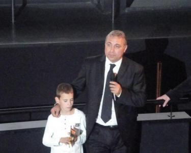 """""""Да се надяваме, че това дете ще продължи моя път"""", пожела големият футболист след края на прожекцията.  Снимка Aspekti.info"""