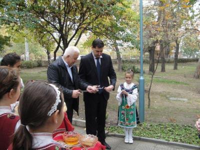 Кметът Иван Тотев преряза лентата на новия парк.  Снимка  Aspekti.info