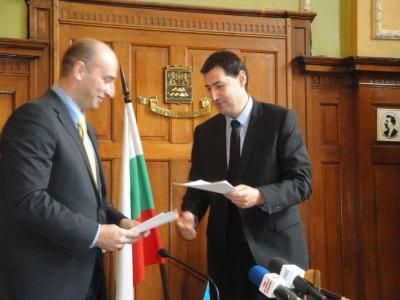Борис Захариев и кметът Иван Тотев парафираха анекса.  Снимка Aspekti.info