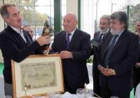 """Ертугрул Гюнай се радва на """"Златния ритон"""", който получи като подарък от Георги Гергов заедно с юбилейна грамота и покана да гостува на изложението """"Винария"""". Снимка Международен панаир - Пловдив"""