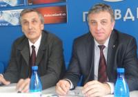 Ръководителят на проекта проф. Ангелов (вляво) и ректорът на УХТ проф. Кольо Динков представиха разработката. Снимка  Aspekti.info