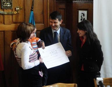 Зам.-кметът Георги Титюков връчи на малкия Диян и майка му дарителския чек за 1802 лева.  Снимка Aspekti.info