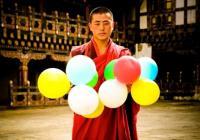 Джонатан Харис прави собствено изследване по темата за щастието с... балони.