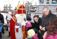 Холандският Дядо Коледа - Синтерклаас, пристигна с кораб, за радост на очакващите го малчугани. Снимка Община Бургас