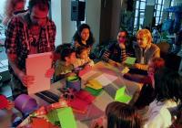 Ентусиазирани малчугани бяха сред първите участници в коледната работилничка за картички, свещници и сурвачки.