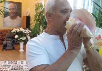 Иван Гарабитов свири на раковина преди колективна медитация.