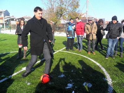 Кметът на Пловдив направи първия удар с футболна топка на новото игрище.  Снимка Община Пловдив