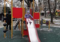 Хлапетата не се плашат от студа, когато има люлки и пързалки. Снимка Aspekti.info