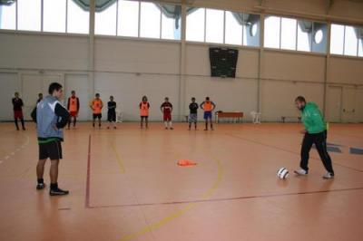 15 младежи, които живеят в социални институции, тренират под ръководството на Илия Иванов в многофункционалната спортна зала на Евроколежа в село Оризари.  Снимка ЕКИУ