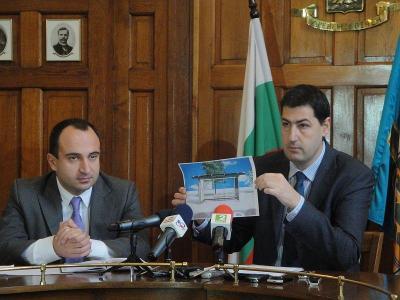 Кметът показа проекта и заяви, че Пловдив ще има едни от най-красивите спирки.  Снимка Aspekti.info