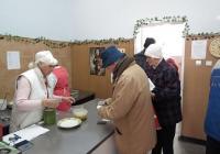 """Порция топла храна и хляб осигуряват социалните кухни за нуждаещите се. Снимка Район """"Западен"""""""
