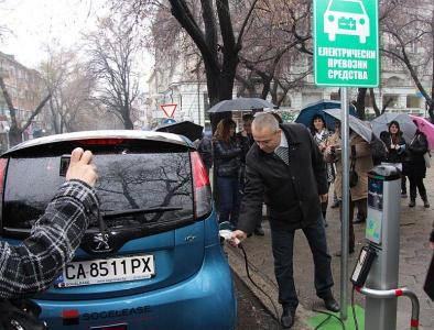 Зам.-кметът Йордан Николов се включи в демонстрация за зареждане на електромобил.  Снимка Община Стара Загора