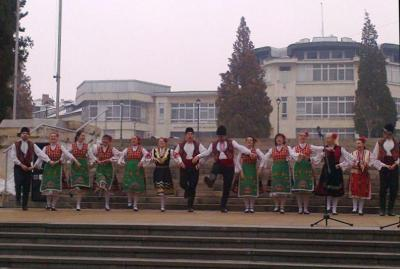 Сърцатите изпълнения на танцьорите създадоха празнично настроение на площада.  Снимка Община Асеновград