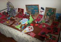 Малчуганите изложиха ръчно изработените предмети на специален коледен базар.
