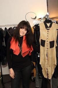 """Натали Крайнина е родена в София, но от тринадесетгодишна живее в САЩ - първоначално във Вашингтон, а през последните 9 години - в Ню Йорк. Завършила е престижното училище по мода The Fashion Instute of Technology в Ню Йорк със специалност """"Моден дизайн"""". Специализирала е дамско облекло. В момента завършва втора специалност - """"Международен маркетинг за модната индустрия"""", защото смята, че допълнителните бизнес познания в областта на модата ще й бъдат изключително �"""