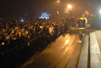 Любимците на тийнейджърите пяха пред пълен площад.  Снимка Община Асеновград