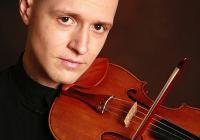 <p>Симеон Симеонов - Мони, е роден в Пловдив. Започва да свири на цигулка на 5-годишна възраст, а на 16 заминава за САЩ със стипендия и учи в престижни американски училища за музика.</p> <p>Завършва висше образование в Yale University. В момента довършва докторантурата си в University of Southern California.</p> <p>Живее, учи и преподава в Лос Анджелис, Калифорния.</p> <p>Ученик е на известната Мидори Гото.</p>
