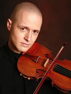 Симеон Симеонов - Мони, е роден в Пловдив. Започва да свири на цигулка на 5-годишна възраст, а на 16 заминава за САЩ със стипендия и учи в престижни американски училища за музика. Завършва висше образование в Yale University. В момента довършва докторантурата си в University of Southern California. Живее, учи и преподава в Лос Анджелис, Калифорния. Ученик е на известната Мидори Гото.