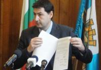 Кметът показа договора, под който положи подписа си. Снимка Aspekti.info