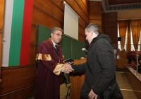 Първокурсникът Димитър Димитров получи студентската си книжка лично от ректора проф. дтн инж. Кольо Динков. Снимка УХТ