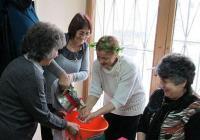 Жените ритуално измиха ръцете на една от тях в знак на почит към акушерките. Снимка Община Пловдив