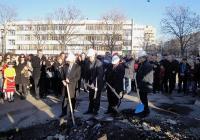 Министър и кмет грабнаха кирки и лопати за първата копка. Снимка Aspekti.info