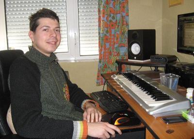 """Александър е четвъртокурсник в Академията за музикално, танцово и изобразително изкуство (АМТИИ), специалност """"Композиция""""."""