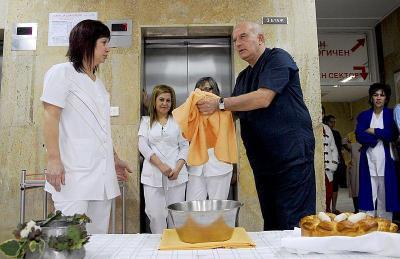 """На Бабинден д-р Жорж Пелев, след като ритуално изми ръцете си и разчупи питата, ориса в АГ отделението да се раждат много близнаци.  Снимка болница """"Пловдив"""""""