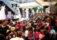 Стотици деца се радват на безплатните представления.