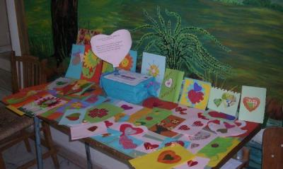 Колко е важно да се обичаме и да си помагаме, припомнят с изложбата си децата от Дома в Брезово.  Снимка brezovo.weebly.com