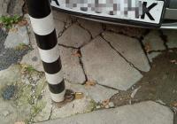 """Колчетата би трябвало да предпазят тротоарите и зелените площи от паркиране на коли. Снимка <a href=""""http://dzver.com"""">dzver.com</a>"""