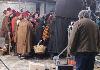 В масовките се включват самодейци от село Климент.
