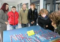 """Районният кмет Десислава Желязкова (вляво) първа купи мартенички за близките си. Снимка Район """"Западен"""""""
