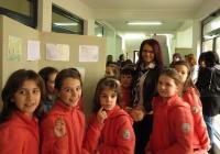 """Децата показаха рисунките си на районния кмет Десислава Желязкова. Снимка Район """"Западен"""""""