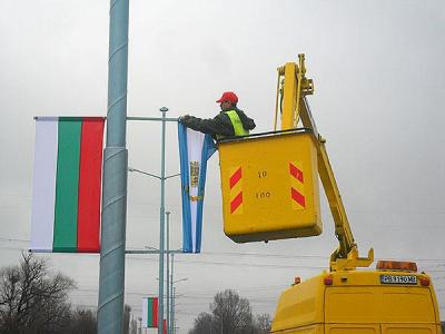 """Нови знамена се веят по стълбовете в Пловдив.  Снимка ОП """"Чистота"""""""
