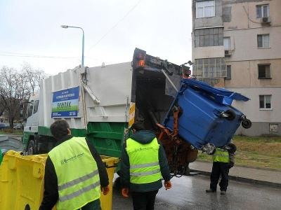 """Служителите на общинското предприятие вече месец събират боклука и от цветните контейнери.  Снимка ОП """"Чистота"""""""